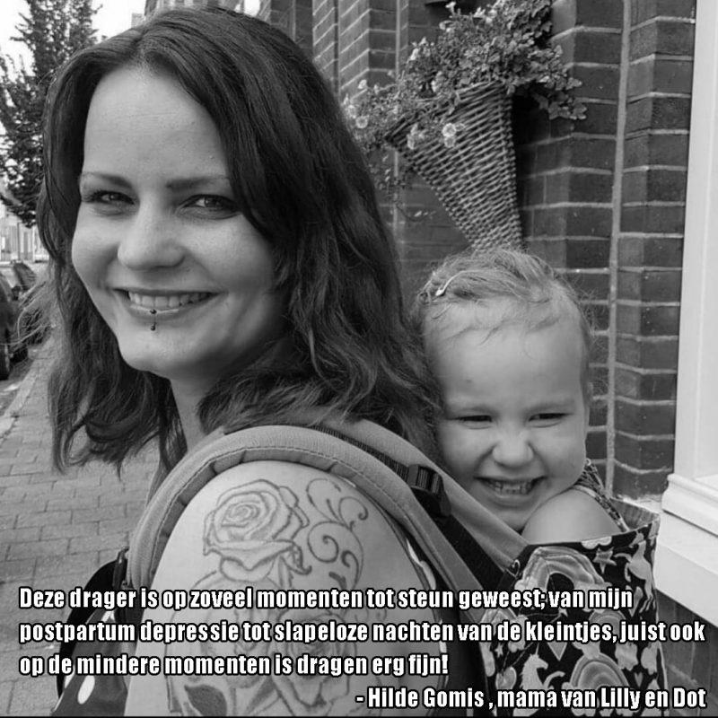 Moeder met peuter op de rug in draagzak verteld over postnatale depressie: Deze drager is op zoveel momenten tot steun geweest; van mijn postpartum depressie tot slapeloze nachten van de kleintjes, juist ook op de mindere momenten is dragen erg fijn!