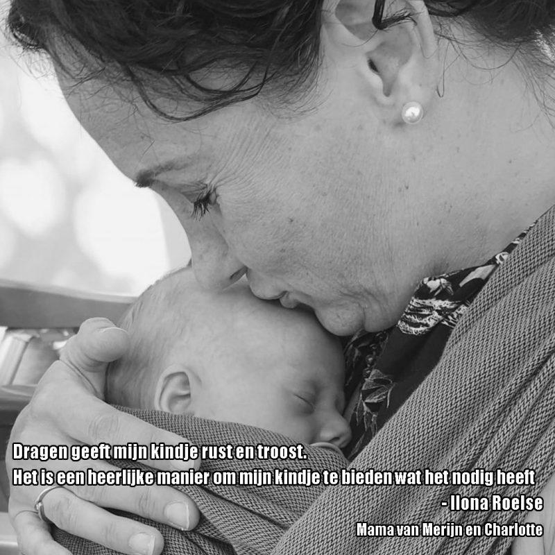 Moeder met pasgeboren baby op de buik in draagdoek in liefdevolle omhelzing met de tekst: Dragen geeft mijn kindje rust en troost. Het is een heerlijke manier om mijn kindje te bieden wat het nodig heeft